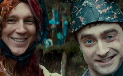 Paul Dano si v novej upútavke pre šialenú komédiu urobil z mŕtvoly Daniela Radcliffea rotačný guľomet
