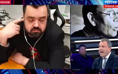 Pavel Novotný v přímém přenosu ruské televize usínal, smál se a klepal si na čelo. Své oponenty osočil ze lži