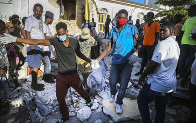 Peklo menom Haiti: obetí zemetrasenia stále pribúda, je ich už viac ako 2 200