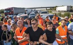 Pendleri na hraniciach protestujú proti vládnym opatreniam. Podporiť ich prišli aj poslanci Hlasu či ĽSNS