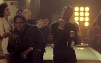 Peniaze, ženy a alkohol. Pusha T, A$AP Rocky a Kanye West sa v novom videu zhodli, že tieto tri veci hýbu životom