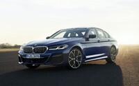 Pětkové BMW má po faceliftu ostřejší tvary, modernější techniku a elektrifikované motory