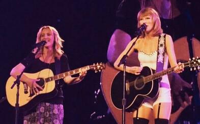 Pheobe z Priateľov to nakoniec dotiahla na obrovské koncertné pódiá. Pomohla jej Taylor Swift