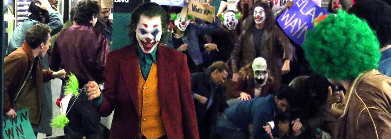 Phoenixov Joker vytvára šialenstvo v uliciach New Yorku na nových fotkách z natáčania. Kto si vo filme zahrá malého Bruca Wayna?