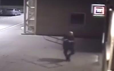 Piešťanec bojoval s bankomatom päsťami či stojanom na bicykle. Spôsobil škodu za 8 500 € a môže mu hroziť väzenie