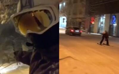 Piešťanec sa na lyžiach zabával v uliciach mesta. Ťahal ho kamarát v aute