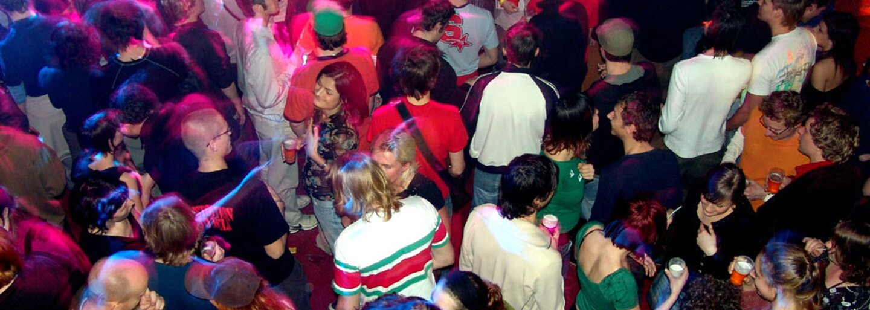 Pilotní projekt v Británii: Party v klubu pro tisíce lidí bez roušek i rozestupů