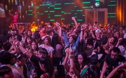 Pilotný projekt v Británii: párty v klube pre tisícky ľudí bez rúšok aj odstupov