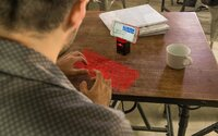Píše sa ti zle na dotykovom displeji? iKeybo premení akýkoľvek stôl na virtuálnu klávesnicu k smartfónu