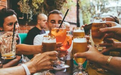 Pitie akéhokoľvek množstva alkoholu poškodzuje mozog, zistila štúdia