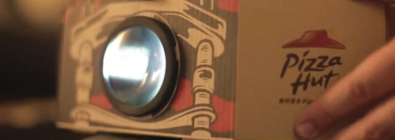 Pizza a filmy v jednom. Unikátní krabice nabízí filmový projektor, který promítá, zatímco ty jíš