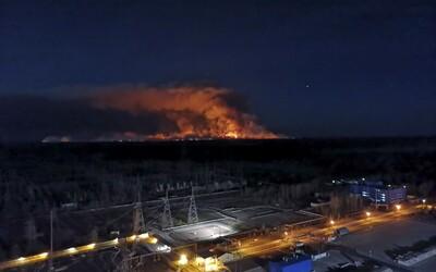 Plameny, které ohrožovaly černobylskou elektrárnu, jsou pod kontrolou. Zastavili je jen kilometr od ní