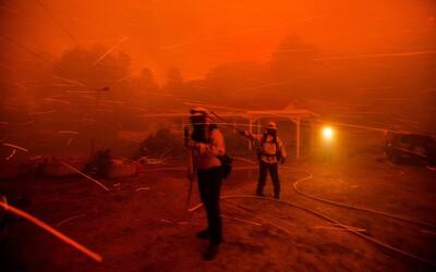 Plameny pohltily USA. V Kalifornii kvůli nim není vidět slunce