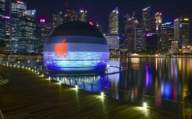 Plovoucí koule v Singapuru je prvním Apple obchodem na vodě. Futuristická stavba je jako vystřižená z Westworldu