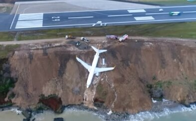 Plné lietadlo sa zošmyklo z dráhy pokrytej ľadom a takmer skončilo v mori. V Turecku chýbalo ku katastrofe len pár metrov