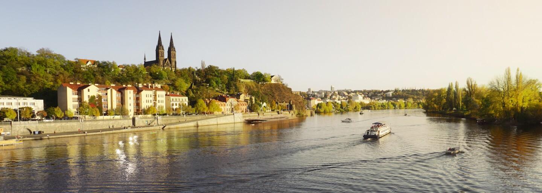 Plovoucí lázně na pražské náplavce přilákají první návštěvníky už za rok. Loď s bazénem najdete přímo pod Vyšehradskou skálou