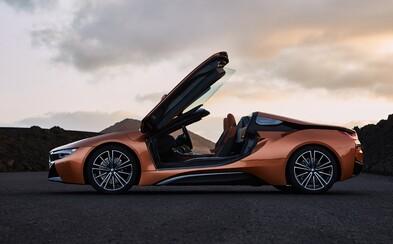 Plug-in hybridná stíhačka od BMW zhadzuje strechu a naberá kone. Privítajte i8 Roadster