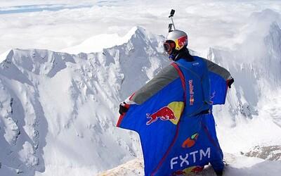 Po 21 dňoch letel 90 sekúnd voľným pádom. Rus prekonal rekord v BASE jumpe vďaka zoskoku z výšky 7700 metrov