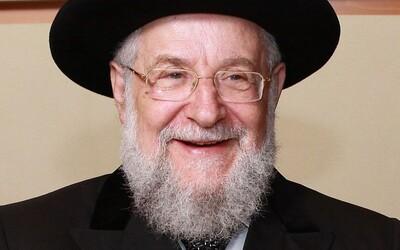 Po druhej dávke vakcíny ho pozitívne testovali na Covid-19. Hlavný rabín Tel Avivu sa cíti dobre, nakaziť ho mala manželka už skôr