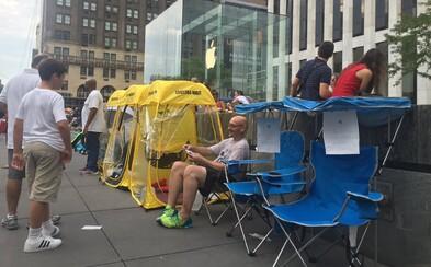 Po iPhone 7 je obrovský dopyt. Ľudia si za státie v radoch pred Apple obchodmi pýtajú skoro 3-tisíc eur