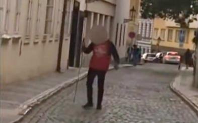 Po Praze pobíhal opilý muž se středověkým mečem a ohrožoval lidi. Zbraň prý ukradl rytíři