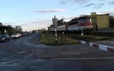 Po roztrhnutom a horiacom vlaku tu máme zablokované priecestie. Vlak ZSSK spôsobil kilometrovú kolónu