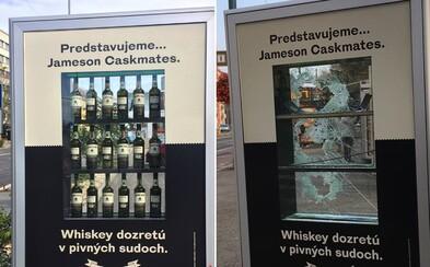 Po Slovensku rozmístili reklamní poutače s plnými flaškami alkoholu. Do pár dní je Slováci rozbili a všechny flašky ukradli