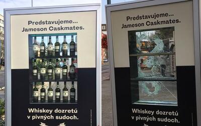 Po Slovensku sa rozmiestnili reklamné pútače s plnými fľašami alkoholu. Do pár dní ich Slováci rozbili a všetky fľaše ukradli