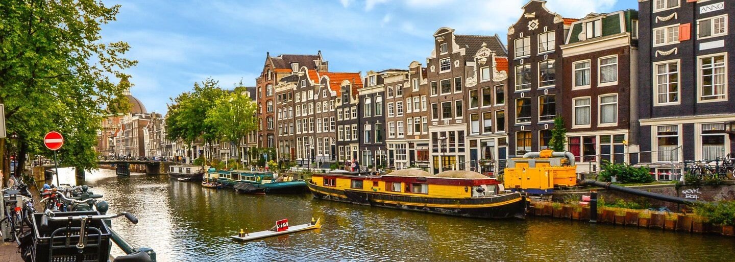 Po Španielsku vyhlásil boj proti turistom aj Amsterdam. Vracajú do kvetináčov, je ich veľa a sú večne opití
