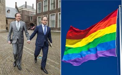 Po útoku na homosexuálny pár sa holandskí muži chytajú na znak solidarity za ruky. Postupne sa pridáva aj zvyšok sveta