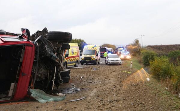 Po zrážke autobusu s nákladiakom pri Nitre zomrelo 12 ľudí, ďalších 15 sa zranilo (Aktualizované)