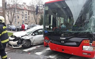 Po zrážke trolejbusu s autom a nákladným vozidlom skončil Renault na totálku. Museli odkloniť niektoré linky MHD