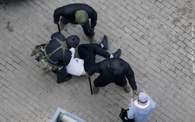 Počas nedeľných protestov proti Lukašenkovi v Bielorusku zadržali vyše 1 000 ľudí