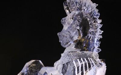 Počas vianočných trhov v Luxemburgu na 2-ročného chlapca padla socha z ľadu. Pri prevoze do nemocnice zomrel