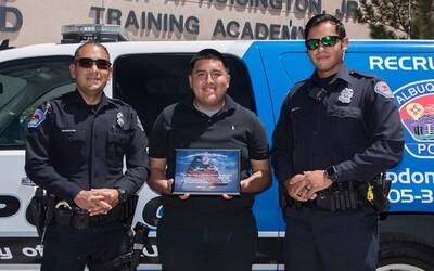 Poctivý mladík našel na zemi 135 tisíc dolarů a odnesl je na policii. Za odměnu dostal přes 1 500 dolarů a lístky na fotbal