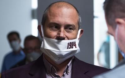 Poď mi ho napraviť, fešáčik, vyzval Kotleba novinára, keď ho upozornil na zle nasadený respirátor