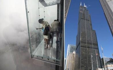 Pod ženou ve 103. patře začalo praskat sklo. Lidi na vyhlídce incident pořádně vyděsil