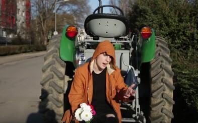 Podarí sa Expl0itedovi zbaliť babu na traktor? V novom videu sa pokúsil o nemožné