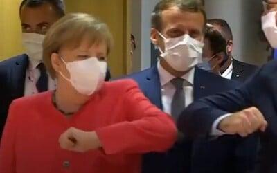 Podávanie rúk vyšlo kvôli Covid-19 z módy. Merkelová či Macron si vymysleli vtipnejšie pozdravy, jeden premiér aj salutoval
