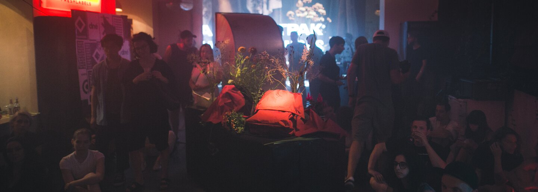 Podívej se, jak vypadá nová kolekce batohů Eastpak x Raf Simons, inspirovaná dekadentní drogovou kulturou