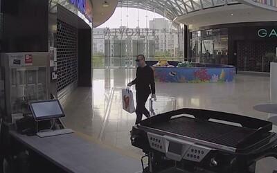 Podívej se, jak zloděj v ochranné roušce vykradl kavárnu. Způsobil škodu za zhruba 70 tisíc korun