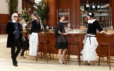 Podívejte se, jak to vypadalo na unikátní přehlídce Chanel situované do francouzské kavárny