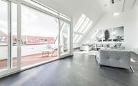 Podkrovný apartmán z Berlína, u ktorého dominuje moderný štýl a odtiene šedej