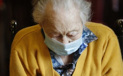 Podvodník zavolal dôchodkyni a žiadal od nej 8-tisíc eur na injekciu pre jej dcéru, ktorá leží na pľúcnej ventilácii