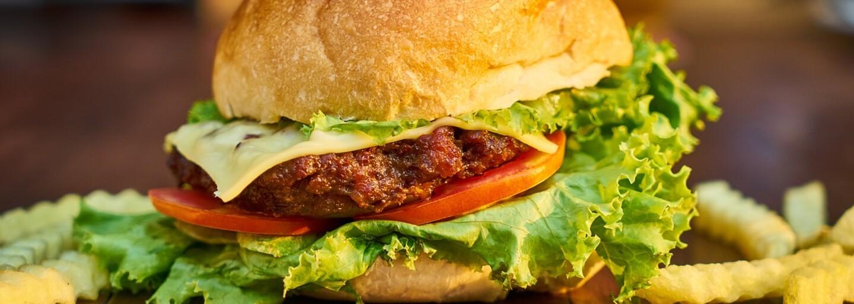 POJĎ VEN: Tento týden bude v Praze Supercrooo, Piqi Miqi, veganská náplavka nebo Burger Fest