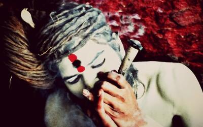 Pojídání výkalů, kouření marihuany, kanibalismus a nekrofilie jako cesta ke spiritualitě? Pro indickou sektu Aghóriů běžná rutina