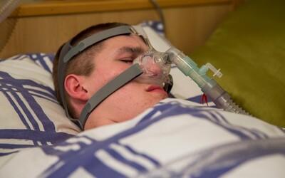 Pokud usne, zemře. Liam trpí syndromem, který diagnostikovali jen 1500 lidem na světě a spoléhá se na speciální přístroj