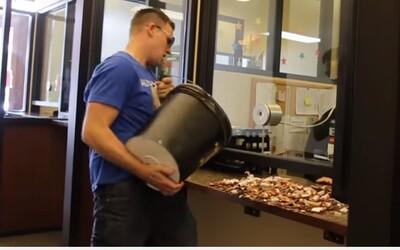 Pokutu za rýchlosť vo výške 212 dolárov zaplatil v tisíckach mincí. Brett takto protestoval proti policajnému vydieraniu