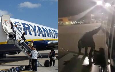 Polák v letadle Ryanairu otevřel nouzový východ a sedl si na křídlo, protože už měl dost čekání. Velmi radikálně tak vyřešil zpoždění