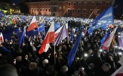 """Poliaci sa obávajú odchodu z EÚ, vyšli preto vo veľkom do ulíc brániť """"európske Poľsko"""""""